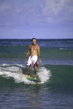 Sessenta e quatro surfar do homem dos anos de idade Fotografia de Stock Royalty Free