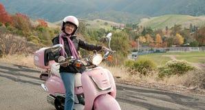 Sessenta motociclistas dos anos de idade que cruzam abaixo de um montanhês imagens de stock royalty free