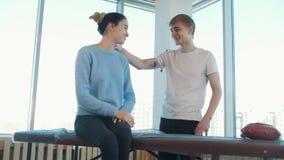 Session de massage Un masseur donnant la consultation avant la procédure banque de vidéos