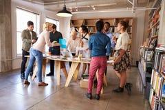 Session de séance de réflexion de Team Meeting Around Table For d'affaires photos stock