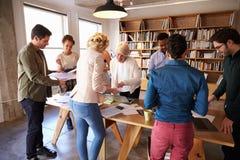 Session de séance de réflexion de Team Meeting Around Table For d'affaires images stock