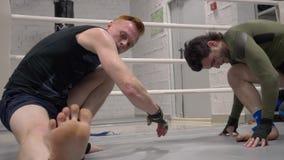 Session de train de gymnase de séance d'entraînement de sport d'échauffement de combattants banque de vidéos