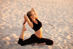 Session de yoga de plage par la mer polonaise Images stock