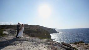 Sessione di foto romantica della sposa e dello sposo sulla spiaggia sul loro giorno delle nozze stock footage