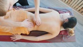 Sessione di massaggio Giovane donna che riceve un massaggio posteriore Vista da sopra stock footage