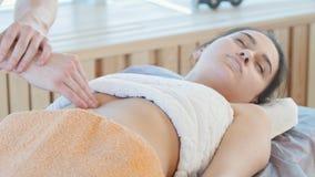 Sessione di massaggio Un massaggiatore che d? un massaggio di rilassamento dello stomaco stock footage