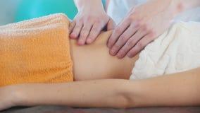 Sessione di massaggio Una giovane donna che riceve un massaggio Massaggio dello stomaco Vista laterale archivi video