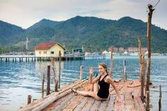 Sessione di yoga di estate in Tailandia Immagine Stock