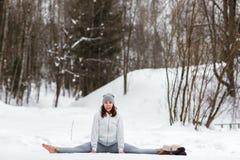 Sessione di yoga di inverno nel bello posto Fotografia Stock