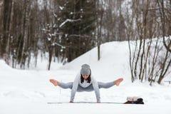 Sessione di yoga di inverno nel bello posto Immagine Stock Libera da Diritti