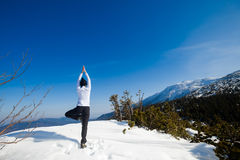 Sessione di yoga di inverno nel bello posto della montagna Fotografie Stock Libere da Diritti