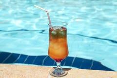 Sesso delizioso del cocktail sulla spiaggia sui precedenti dello stagno fotografie stock libere da diritti