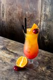 Sesso sul cocktail della spiaggia in vetro sulla tavola di legno immagine stock