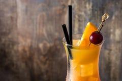 Sesso sul cocktail della spiaggia in vetro sulla tavola di legno immagine stock libera da diritti