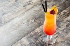 Sesso sul cocktail della spiaggia in vetro sulla tavola di legno fotografia stock