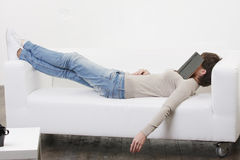 Sesta da tarde com o livro na face fotografia de stock