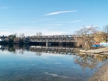Sesto Calende Lombardy, Italien, järnbro på floden Ticino royaltyfria bilder
