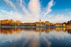 Sesto Calende sjö Maggiore, Ticino flod, Italien Härlig soluppgång på promenaden av Sesto Calende längs den Ticino floden Arkivbild