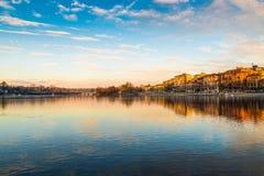 Sesto Calende sjö Maggiore, Ticino flod, Italien Härlig soluppgång på promenaden av Sesto Calende längs den Ticino floden Fotografering för Bildbyråer