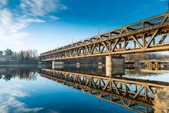 Sesto Calende sjö Maggiore, Ticino flod, Italien Stryka bron för gångare, bilar och drev, som korsar floden Ticino Royaltyfria Foton