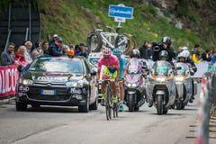 Sestrières, Italie le 30 mai 2015 ; Alberto Contador dans le débardeur rose aborde la dernière montée avant avant arrivée Images stock