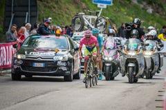 Sestrières, Italie le 30 mai 2015 ; Alberto Contador dans le débardeur rose aborde la dernière montée avant avant arrivée Image libre de droits