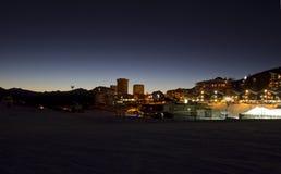 Sestrières par nuit à l'heure bleue Photographie stock libre de droits