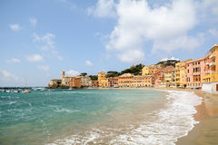 Sestri Levante, Λιγυρία: Παραλία με την παλαιές πόλη και την παραλία Baia del Silenzio - κόλπος της σιωπής, Ιταλία Στοκ Εικόνες
