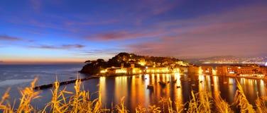 Sestri Levante après le coucher du soleil l'Italie Ligurie Image stock