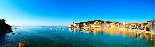 Sestri Levante, ciszy podpalany morze i plaży panorama. Liguria, Ita Obrazy Royalty Free