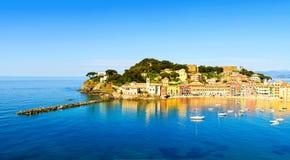 Sestri Levante, het overzees van de stiltebaai en strandmening Camogli, Italië Royalty-vrije Stock Foto