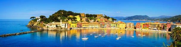 Sestri Levante, het overzees van de stiltebaai en strandpanorama Ligurië, Ita stock afbeeldingen