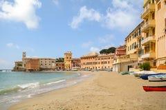 Sestri Levante, Liguria: Beira-mar com cidade e a praia velhas Baia del Silenzio - baía do silêncio, Itália Imagens de Stock