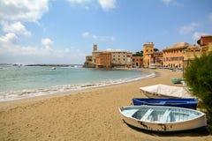 Sestri Levante Liguria: Sjösida med den gamla staden och stranden Baia del Silenzio - fjärd av tystnad, Italien Royaltyfri Bild