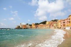 Sestri Levante, Liguria: Spiaggia con la vecchie città e spiaggia Baia del Silenzio - baia di silenzio, Italia Immagini Stock