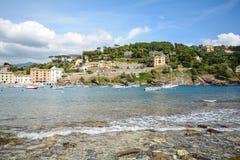 Sestri Levante, Liguria: Spiaggia con la vecchie città e spiaggia Baia del Silenzio - baia di silenzio, Italia Immagini Stock Libere da Diritti