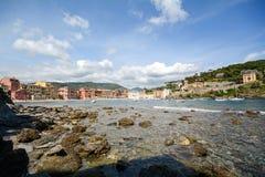 Sestri Levante, Liguria: Spiaggia con la vecchie città e spiaggia Baia del Silenzio - baia di silenzio, Italia Fotografie Stock Libere da Diritti