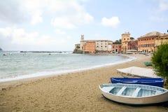 Sestri Levante na Włoskim Riviera, Liguria: Widok historyczny stary miasteczko i Baia Del Silenzio plaża - zatoka cisza, Włochy obraz stock
