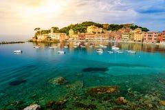 Sestri Levante - raju cisza z swój łodziami i swój uroczą plażą zatoka Piękny wybrzeże przy prowincją genua w Liguria, zdjęcia stock
