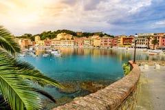 Sestri Levante - raju cisza z sw?j ?odziami i sw?j urocz? pla?? zatoka Pi?kny wybrze?e przy prowincj? genua w Liguria, obrazy royalty free