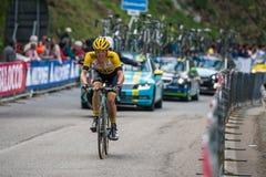 Sestriere, Italia 30 de mayo de 2015; El ciclista profesional aborda la subida pasada antes de llegada Foto de archivo libre de regalías