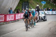Sestriere, Italia 30 de mayo de 2015; El grupo de ciclistas profesionales aborda la subida pasada antes de arriva Fotos de archivo libres de regalías