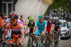 Sestriere, Italia 30 de mayo de 2015; El grupo de ciclistas profesionales aborda la subida pasada antes de arriva Imagen de archivo
