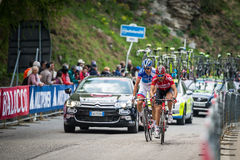 Sestriere, Italia 30 maggio 2015; Il gruppo di ciclisti professionisti affronta l'ultima salita prima del arriva Immagine Stock