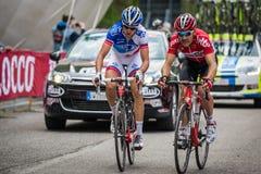 Sestriere, Italia 30 maggio 2015; Il gruppo di ciclisti professionisti affronta l'ultima salita prima del arriva Fotografia Stock