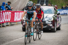 Sestriere, Italia 30 maggio 2015; Il gruppo di ciclisti professionisti affronta l'ultima salita prima del arriva Immagini Stock