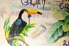 SESTRORETSK,俄罗斯:Toucan在墙壁上的鸟绘画在Sestroretsk, 2017年10月的04日俄罗斯 免版税库存照片