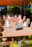 Setów stoły przy outside łomota teren Fotografia Royalty Free