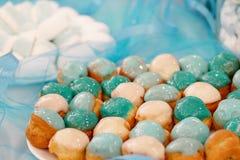 Setów torty zakrywający z turkusowym glazerunkiem Zdjęcia Stock