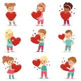 Set śliczni dzieciaków charaktery z papierowymi czerwonymi sercami w rękach Śliczna kreskówki ilustracja chłopiec i dziewczyny Pł royalty ilustracja